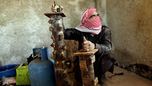 A Syrian rebel prepares pipe bombs (Photo: AFP)