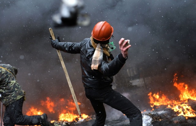 A protester throw a stone in Kiev (Photo: Sergei Supinsky / AFP / Getty Images)