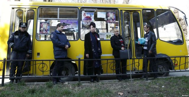Election commission officials and police in Simferopol (Photo: Reuters)