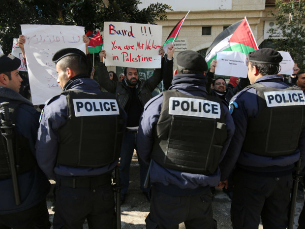 Palestinian protesters surround a convoy carrying Canadian Foreign Minister John Baird in Ramallah (Photo: AP / Nasser Nasser)