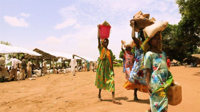 Refugees carry water in Sam Ouandja (Photo: Nicolas Rost   UNHCR