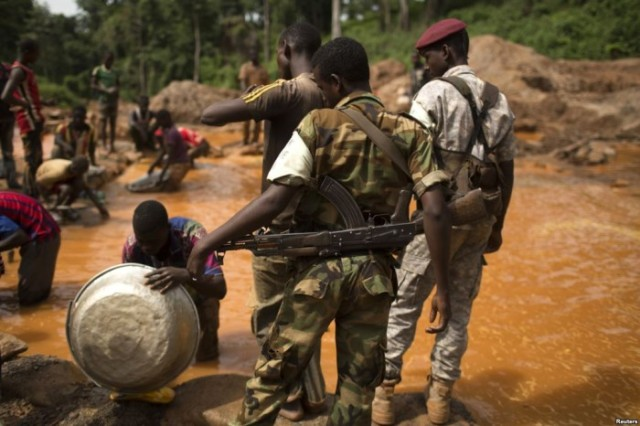 Militants watch as young men work in a mine in the CAR (Photo: Reuters)