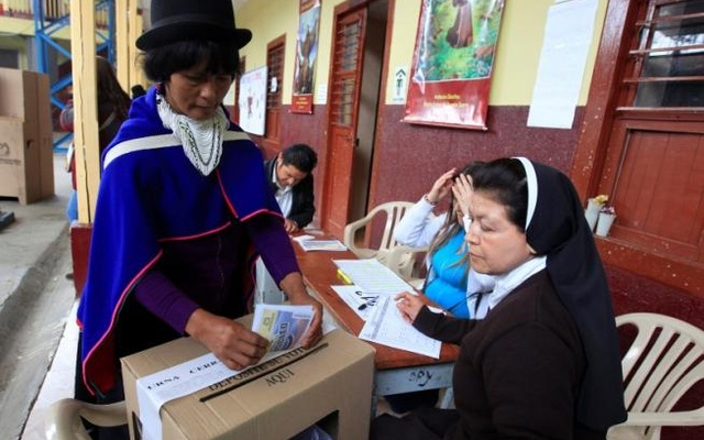 An indigenous woman votes in the referendum to determine whether the peace deal between the government and the FARC would be adopted. (Photo: Reuters)