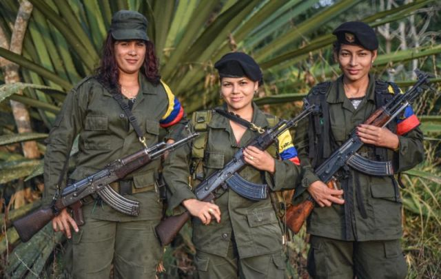 Members of the FARC rebel movement pose for a photograph (Photo: Luis Acosta / AFP)