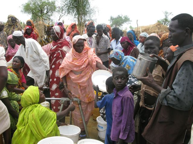 refugees_queue_for_water_in_the_jamam_camp_south_sudan_7118597209